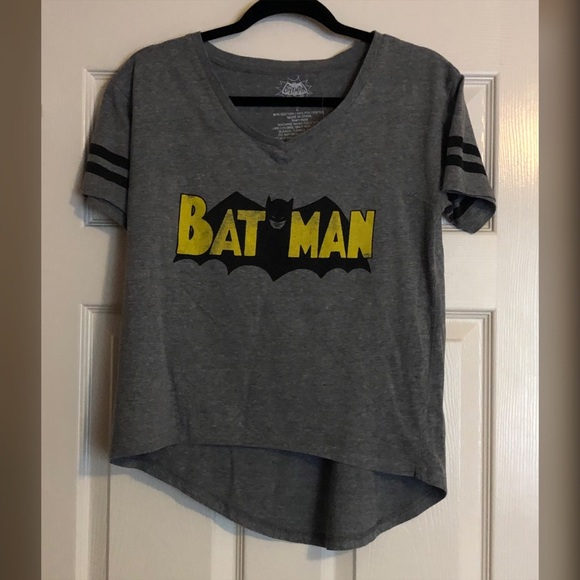 DC Comics Tops - BatMan 🦇 Hi-Lo T-shirt with Retro Logo
